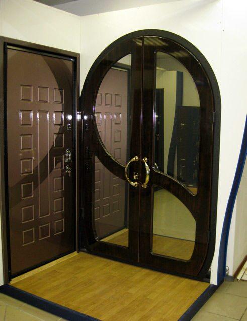 нестандартная входная двустворчатая дверь